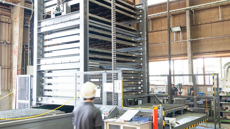 The high-bay warehouse was implemented in cooperation with a local supplier. The pallet changer system, the industry standard in Japan, allows the entire cutting table to be temporarily stored as a pallet.