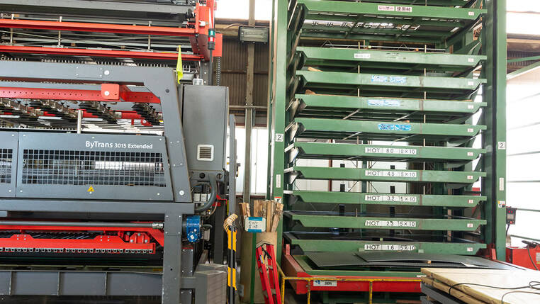 The ByTrans Extended automation system (on the left) facilitates the loading and unloading of the cutting machines.