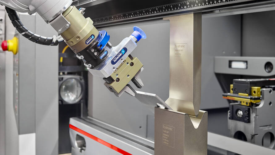 The 6-axis robotic arm that is integrated in the Mobile Bending Cell inserts the parts that are to be bent in any position with high precision.